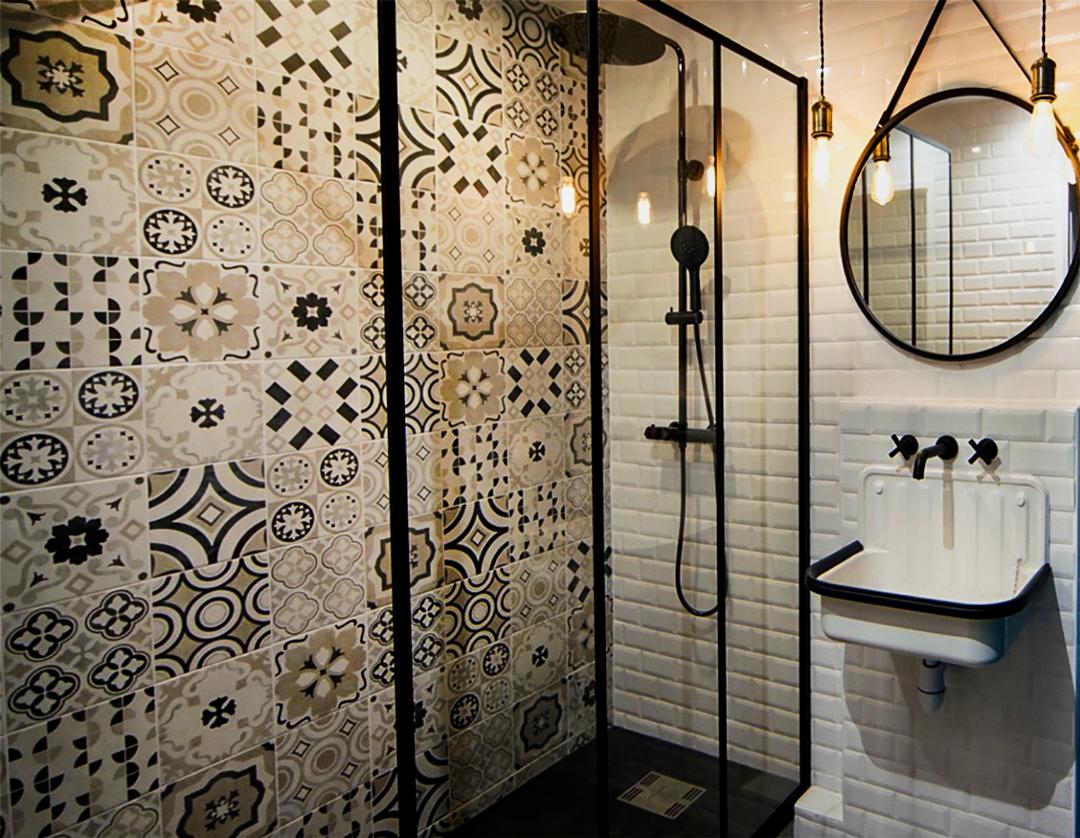 1-salle-de-bain-style-industriel-verriere-robinetterie-noire ...