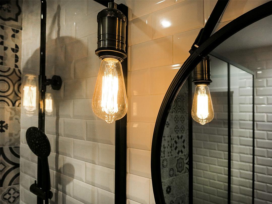 2-salle-de-bain-style-industriel-carrelage-metro-robinetterie-noire - Tout Simplement Déco